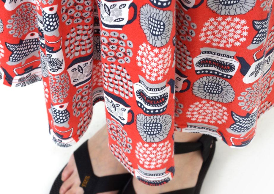 通販でオリジナルテキスタイルの女性らしいデザイン・フォルムのスカートを